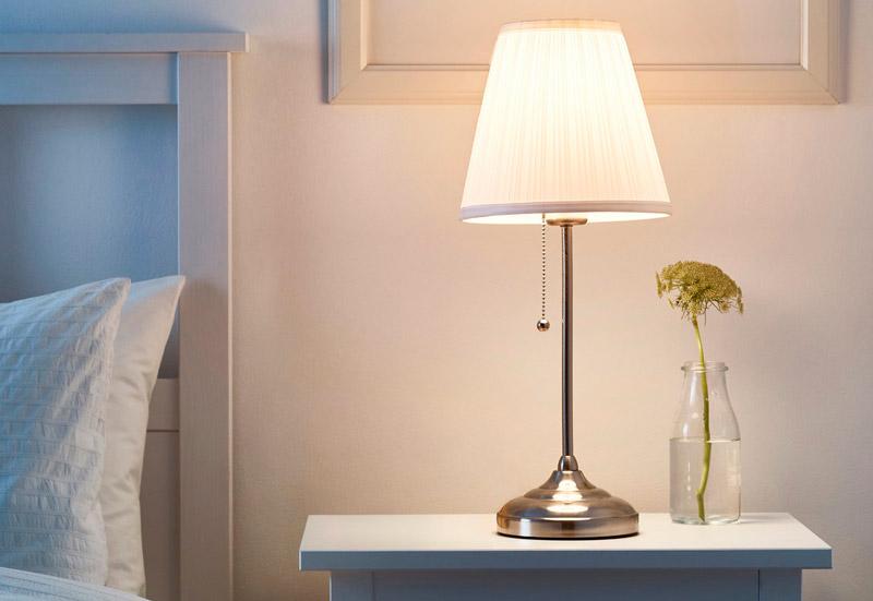 Декоративная настольная лампа в спальне