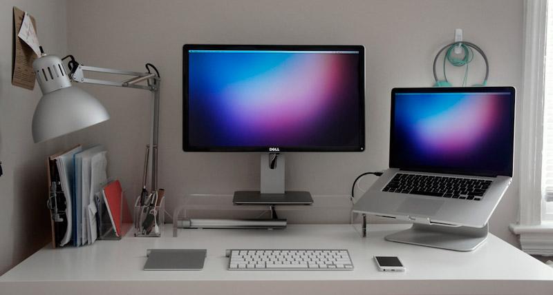 Офисная настольная налмпа на рабочем столе
