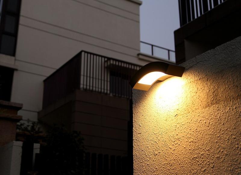 Современный настенный уличный светильник